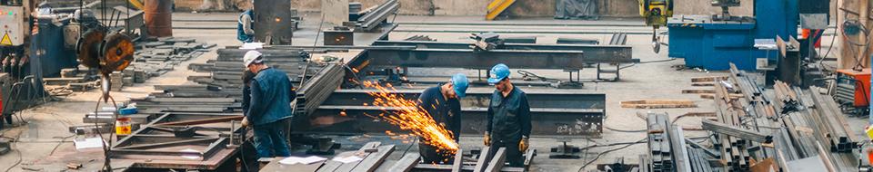 Image de travailleurs de construction faisant de la soudure